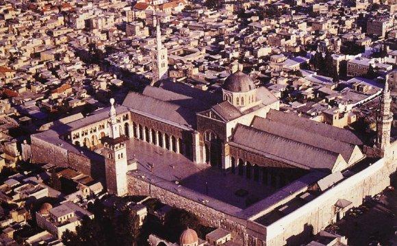 706-715 CE Established a